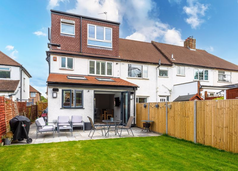 4 bedroom end terrace house SSTC in Worcester Park - Photo 32.