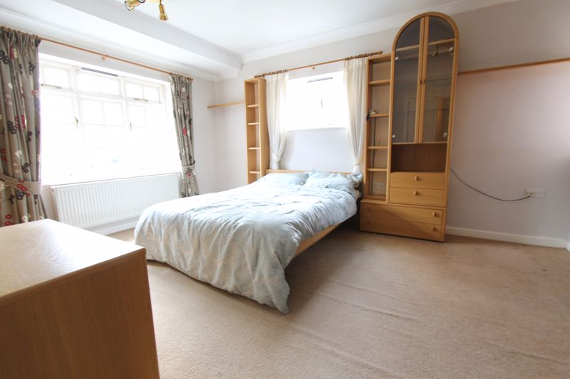 5 bedroom end terrace house For Sale in Sutton - Photo 1.