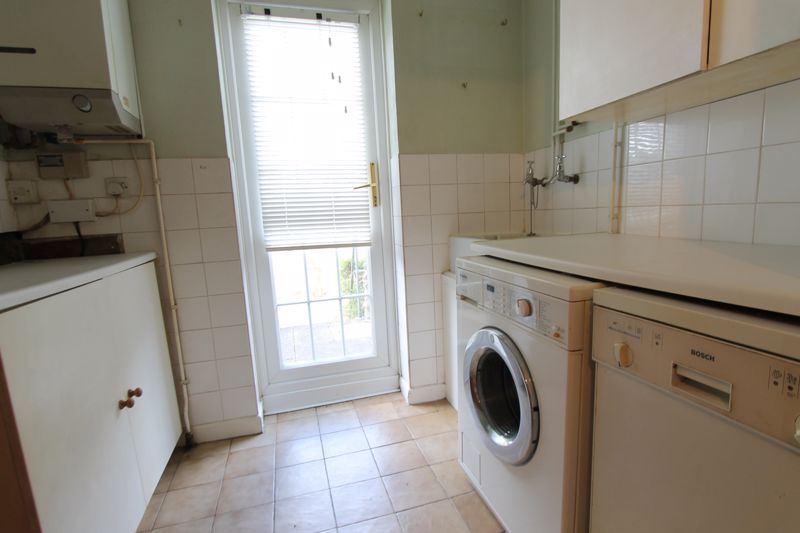5 bedroom end terrace house For Sale in Sutton - Photo 3.