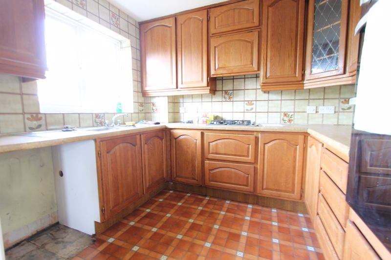5 bedroom end terrace house For Sale in Sutton - Photo 6.
