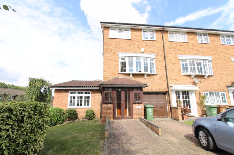 5 bedroom end terrace house For Sale in Sutton - Photo 14.