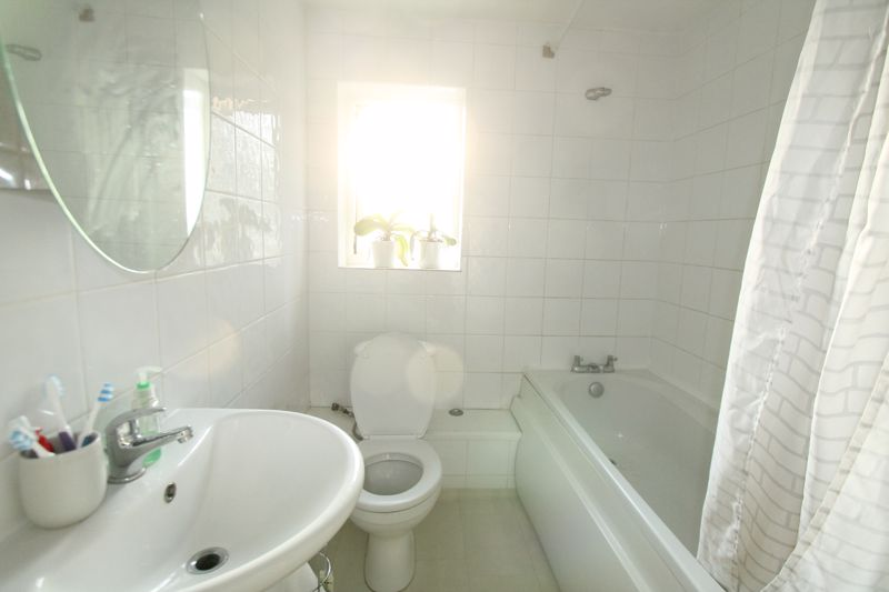 3 bedroom end terrace house For Sale in Sutton - Photo 5.