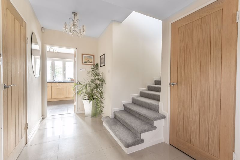 5 bedroom detached house For Sale in Banstead - Photo 14.