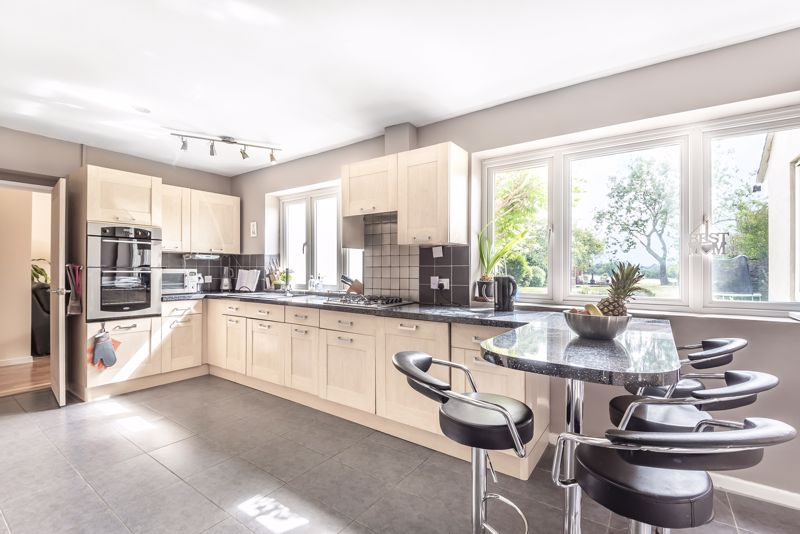 5 bedroom detached house For Sale in Banstead - Photo 15.