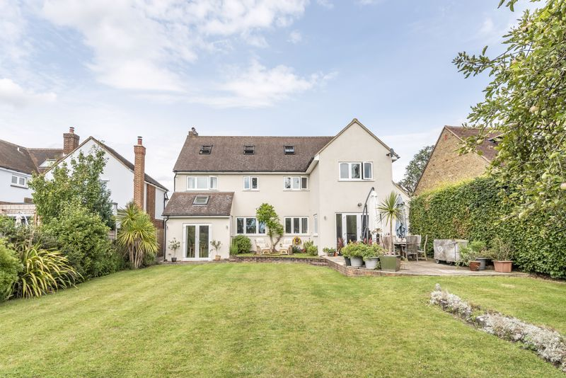 5 bedroom detached house Under Offer in Banstead - Photo 17.
