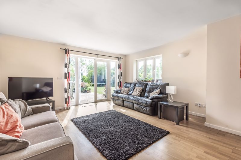 5 bedroom detached house For Sale in Banstead - Photo 5.