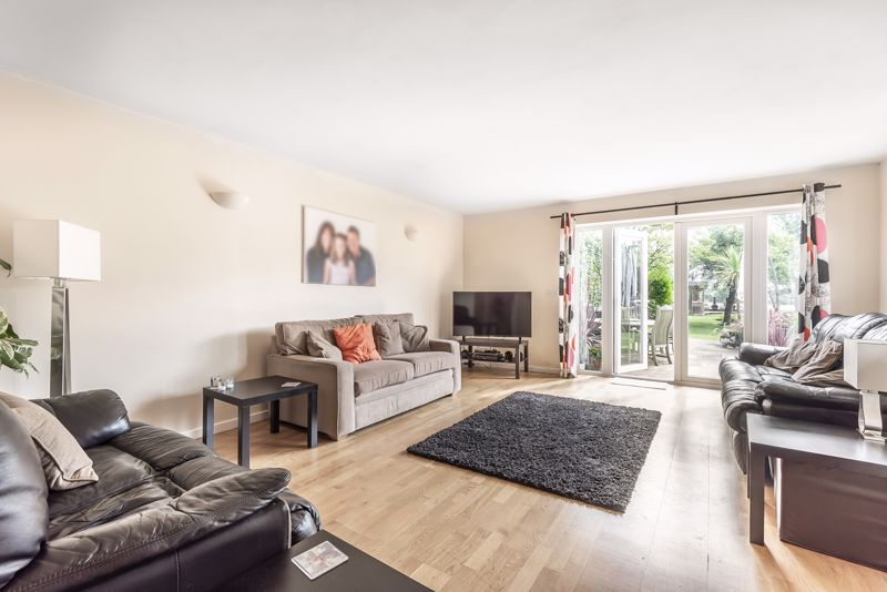 5 bedroom detached house For Sale in Banstead - Photo 6.