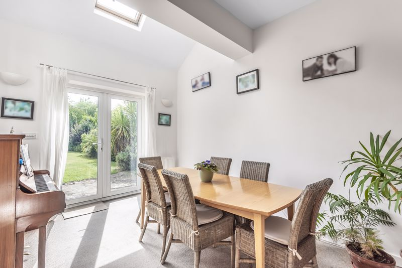 5 bedroom detached house For Sale in Banstead - Photo 7.