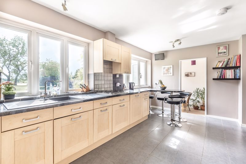 5 bedroom detached house For Sale in Banstead - Photo 8.