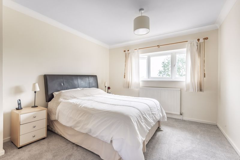 5 bedroom detached house For Sale in Banstead - Photo 10.