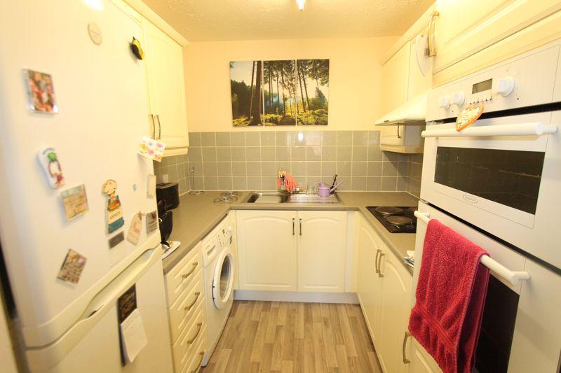 1 bedroom upper floor flat flat For Sale in Sutton - Photo 2.