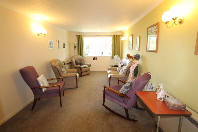 1 bedroom upper floor flat flat For Sale in Sutton - Photo 5.