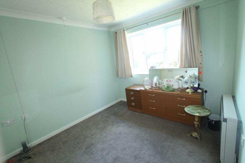 1 bedroom upper floor flat flat For Sale in Sutton - Photo 6.
