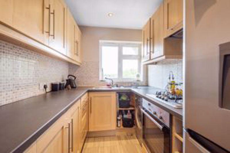 2 bedroom upper floor flat maisonette Let in Sutton - Photo 4.