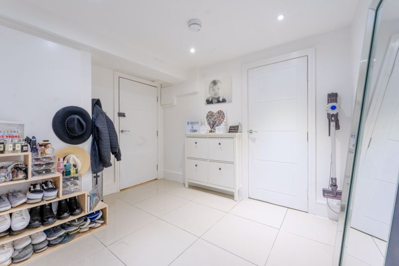 2 bedroom ground floor flat flat For Sale in Sutton - Photo 8.
