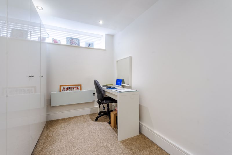 2 bedroom ground floor flat flat For Sale in Sutton - Photo 9.