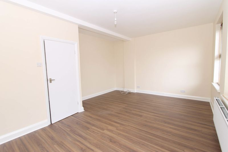 3 bedroom upper floor flat flat To Let in Worcester Park - Photo 4.