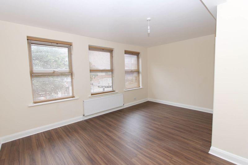 3 bedroom upper floor flat flat To Let in Worcester Park - Photo 5.