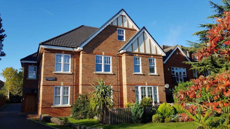2 bedroom upper floor flat flat For Sale in Sutton - Photo 6.