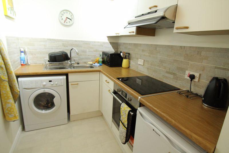 1 bedroom upper floor flat flat For Sale in Sutton - Photo 4.