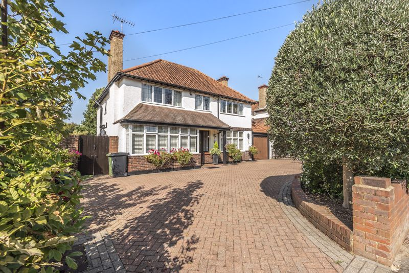 4 bedroom detached house For Sale in Epsom - Photo 1.