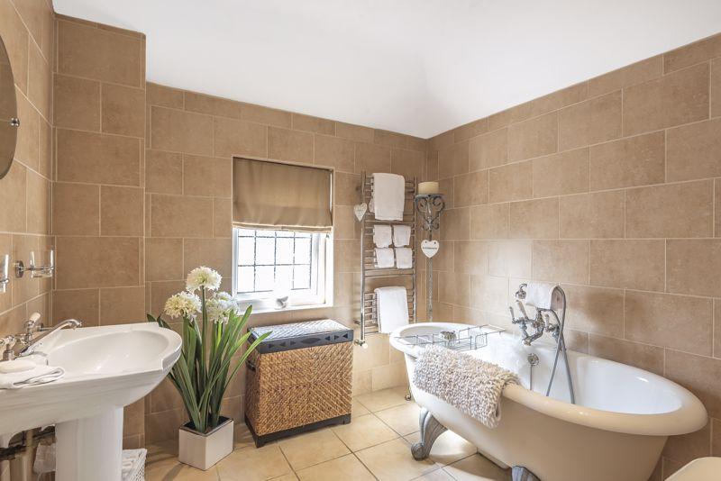 4 bedroom detached house Under Offer in Epsom - Photo 16.
