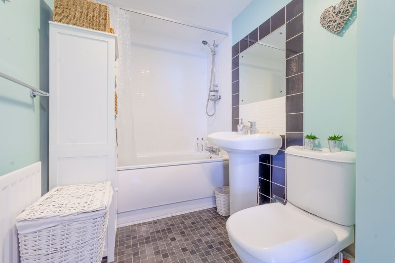 1 bedroom flat For Sale in Wallington - Photo 3.