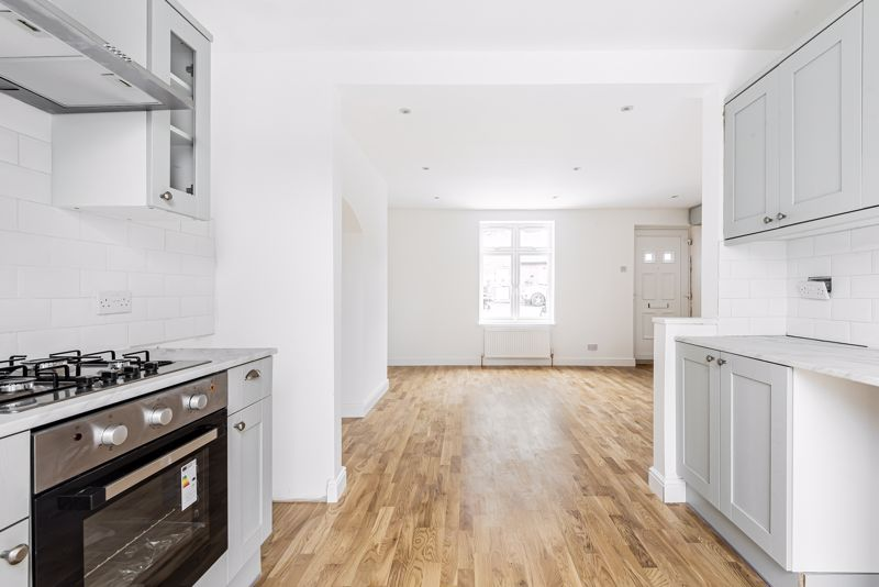 3 bedroom terraced house Let in Sutton - Photo 3.