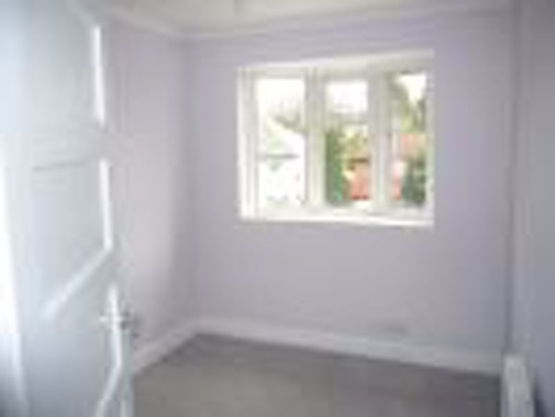 3 bedroom semi detached house Let in Epsom - Photo 3.