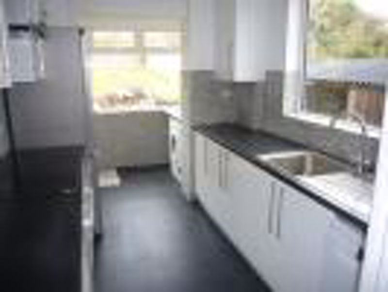 3 bedroom semi detached house Let in Epsom - Photo 8.