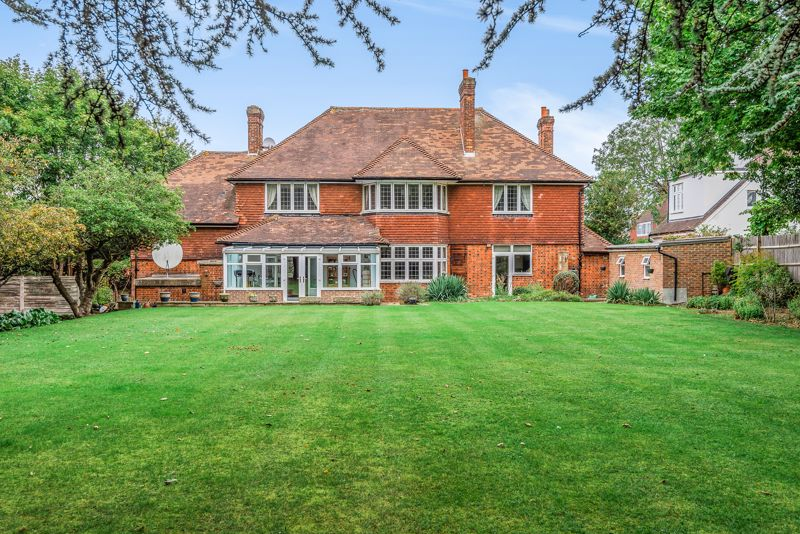 6 bedroom detached house For Sale in Sutton - Photo 3.