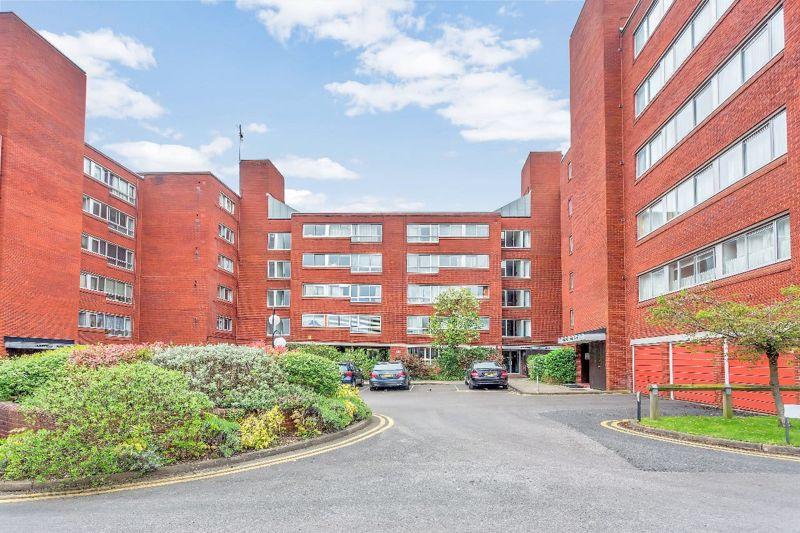 2 bedroom upper floor flat flat For Sale in Sutton - Photo 3.