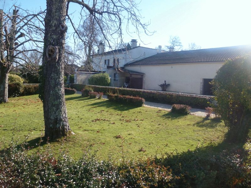 Country house with 2 gites and swimming pool. Land 3000 m² approx