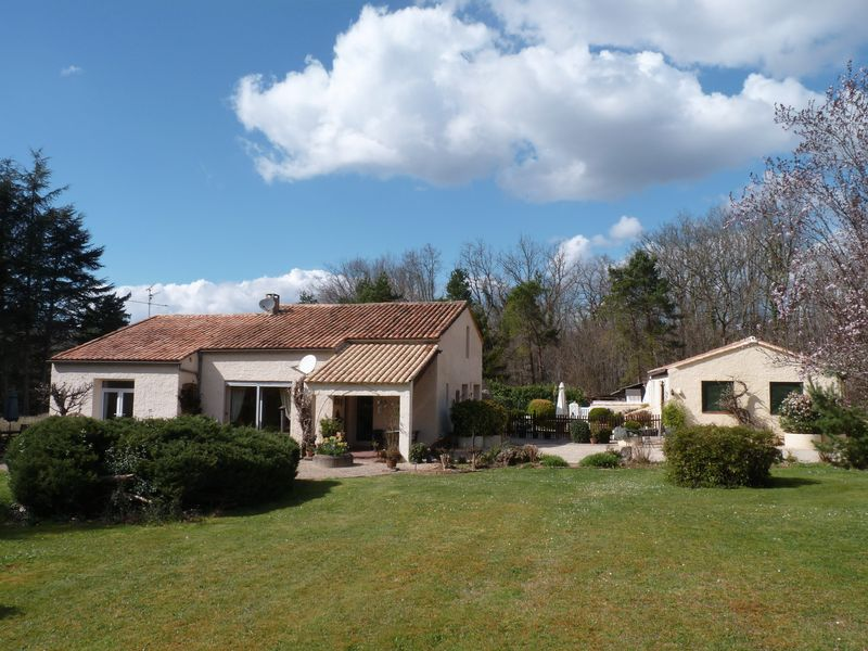 Light and spacious 4 bedroomed house with horse paddock and pool