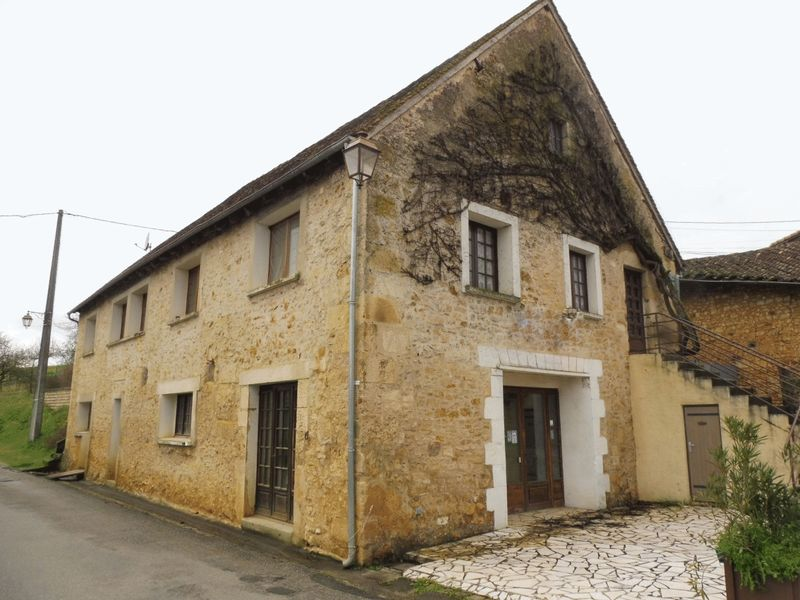 Former bar - restaurant in a Château village