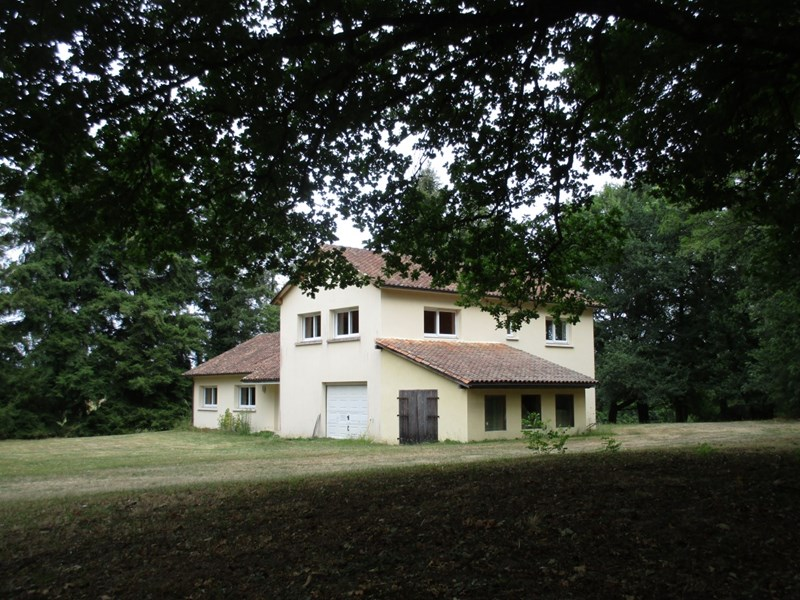 4 bedroom house built in 2004 with lake and guesthouse on 5.3 ha of land