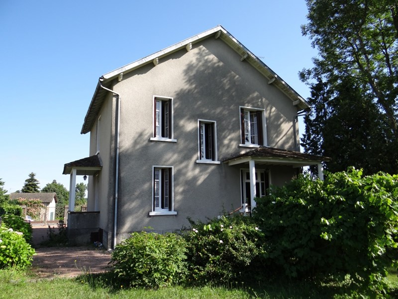 North Dordogne : in the centre of a village, 4 beds stone house