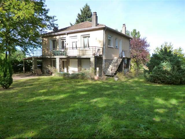House with basement, 3 bedrooms and a guestroom, on 2523 m² of land in north Dordogne town