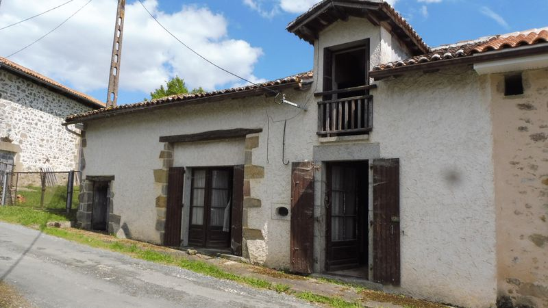 Stone house to renovate in green Perigord village