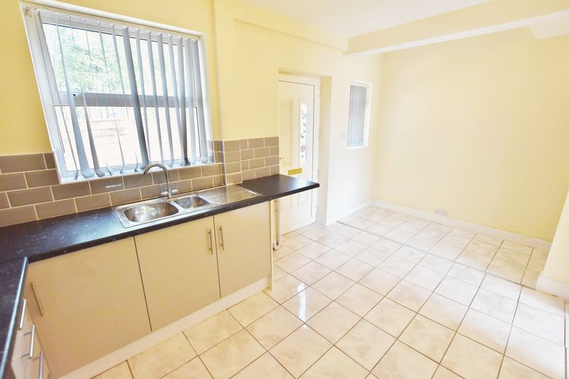 3 Bedroom Terraced House To Rent - Photo 2