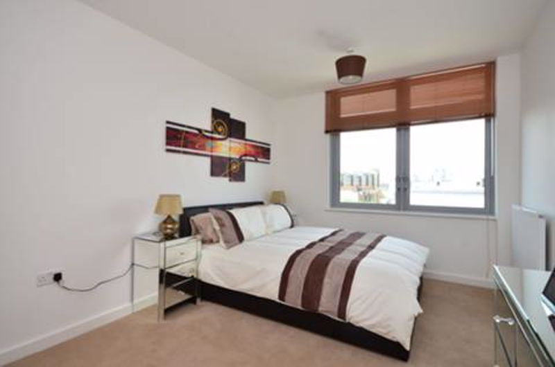 Ensuite Double Room to Rent in 2 Bed Flat Share - E14