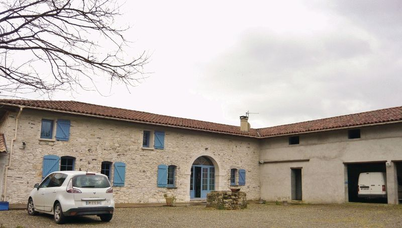 Beautifully renovated landaise stone property under half an hour from the sea!