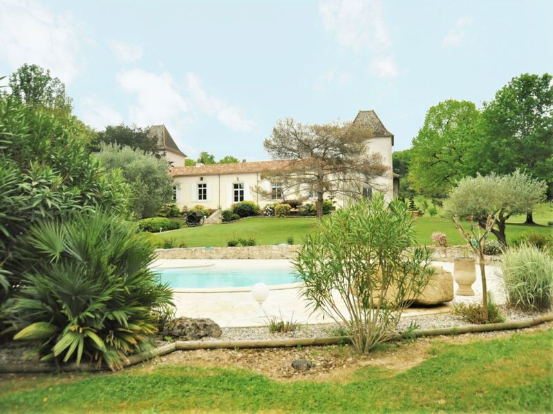 Impressive Manoir, with pool, lake and stunning views