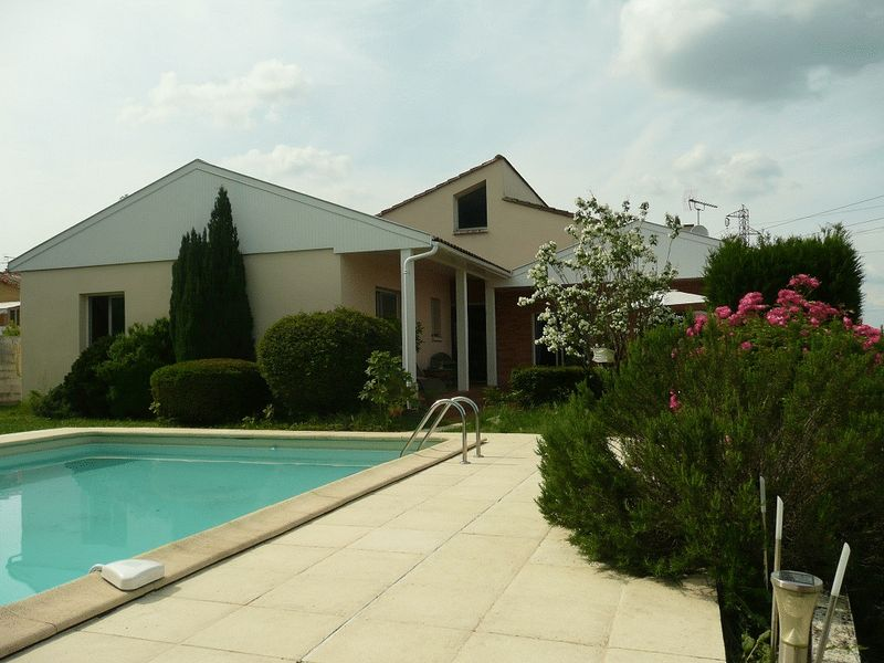 Close to town, large garden and pool!