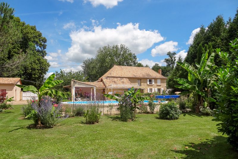 4 bed detached house with pool, garage, outbuildings-close to amenities