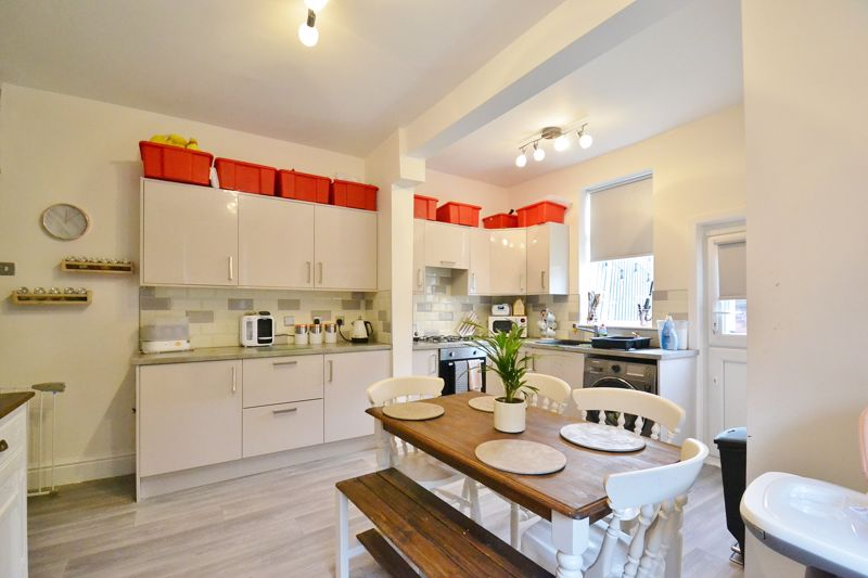 4 Bedroom End Terrace House For Sale - Photo 3