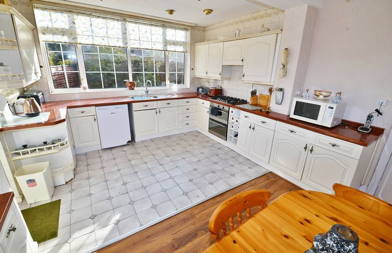 4 Bedroom Detached House For Sale - Photo 10