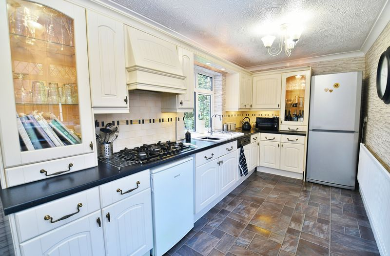 3 Bedroom Detached House For Sale - Photo 2