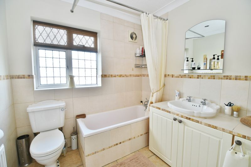 3 Bedroom Detached House For Sale - Photo 8