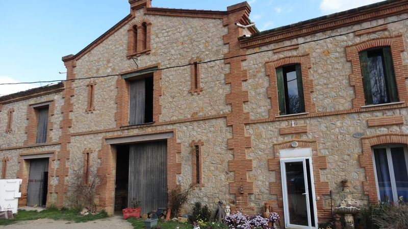 Traditional Mas, the estate house of a wine grower, could be yours!